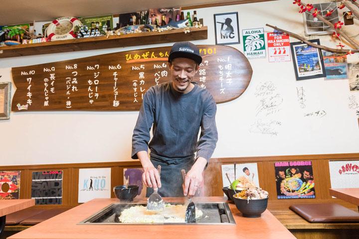 画像: 自分で焼きたい方、作ってもらいたい方、藤元さんと会話したい方、お客さまどうしで話したい方、さまざまなお客さまがいるからコミュニケーションのさじ加減は難しいのだそう。