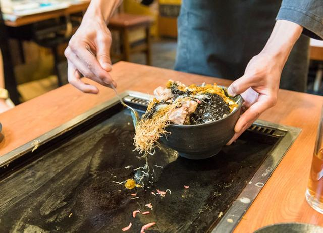 画像: イチオシの「黒カレー」。キャベツの食感、自家製牛スジの旨味、スパイシーな辛みが食欲を誘い、お酒も進む味。