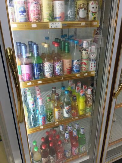 画像: 冷蔵庫の中には面白飲料が冷えています!近所の小学生たちが社会科見学として、 お店に来ることも。かわいいイラストに書かれたお礼状が飾られていました。