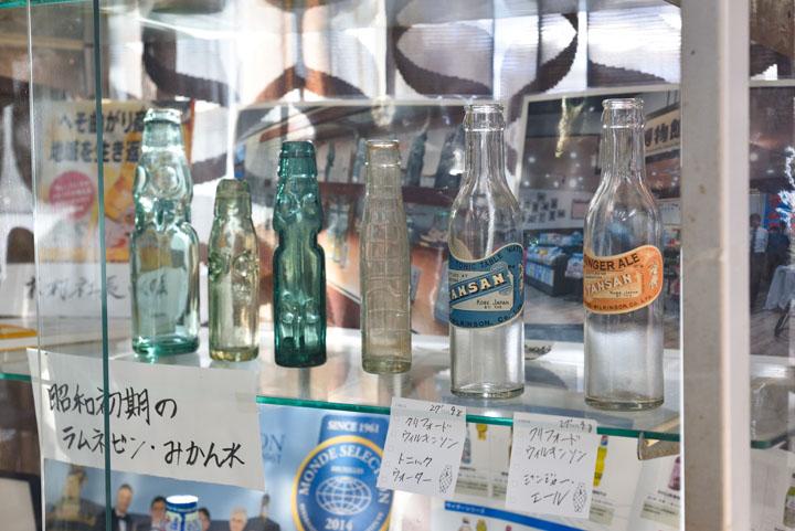 画像: ラムネ売りの屋台で売っていた懐かしいラムネのビン!現在は、清涼飲料水の72%がペットボトルに。
