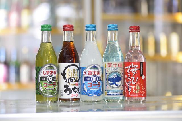 画像: ご当地商品。左から「しずおかコーラ」「うなぎコーラ」「富士山頂コーラ」「富士山サイダー」「桜えびサイダー」。どれも最近の人気商品です。