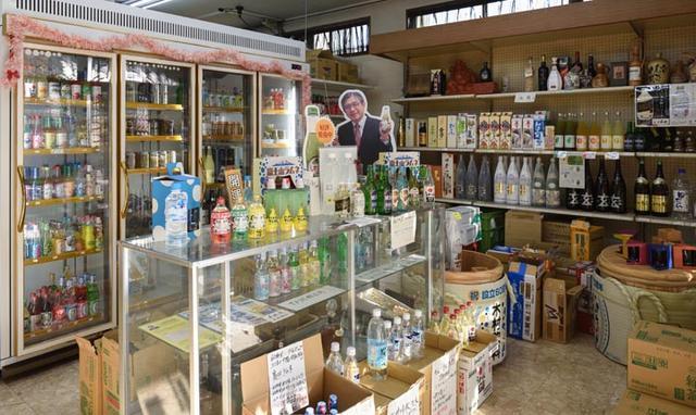 画像: 木村飲料本社直売所(木村酒店)内の冷蔵庫には、ラムネ・サイダーが冷えてます!奥には等身大の木村社長パネルが飾られていて、手書きの商品説明にほっこりします。