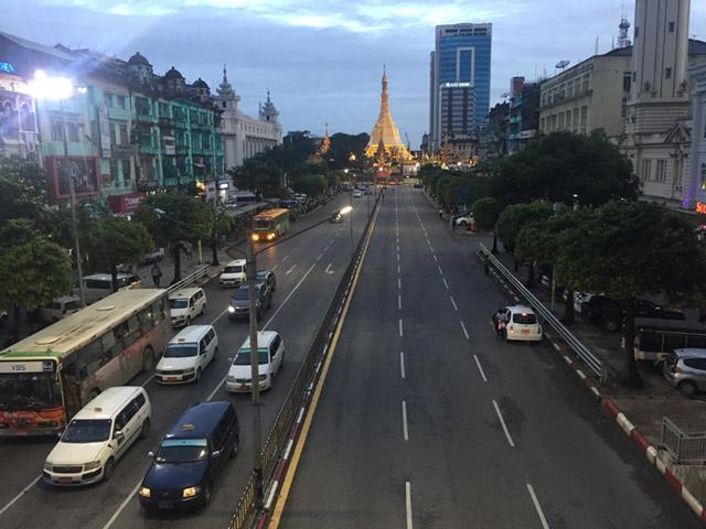 画像: スーレーパゴダ:奥に見えるのはヤンゴンで有名なパゴダ(仏塔)で、ダウンタウンの中にあります。