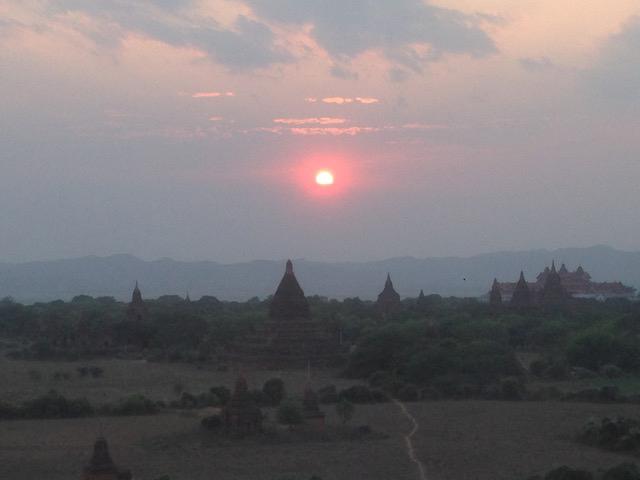 画像: バガンの夕日:バガンは世界三大仏教遺跡の一つです。他は、カンボジアのアンコールワットとインドネシアのボロブドゥールです。仏塔に登って撮影した夕日です。