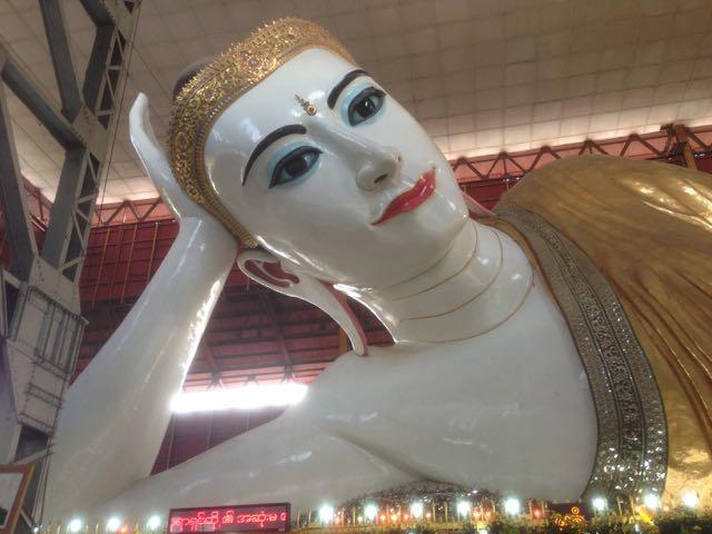 画像: チャウタッジーパゴダ:こちらもヤンゴンで有名なパゴダで、涅槃仏が鎮座しています。