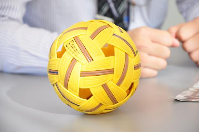 画像: ボールは、プラスチックの表面にラバーコーティングされています。