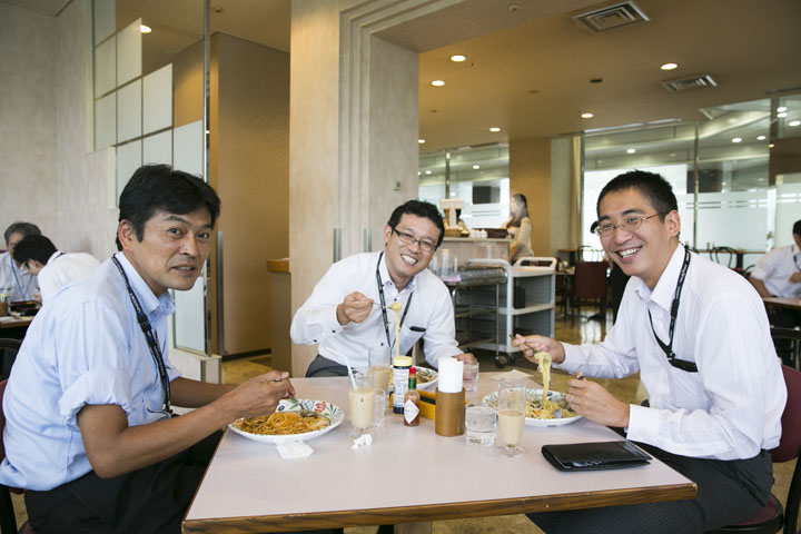画像: 喫茶室での1枚は、サラメシの阿部さんならでは。たまたま居合わせたサービス企画に携わる面々。