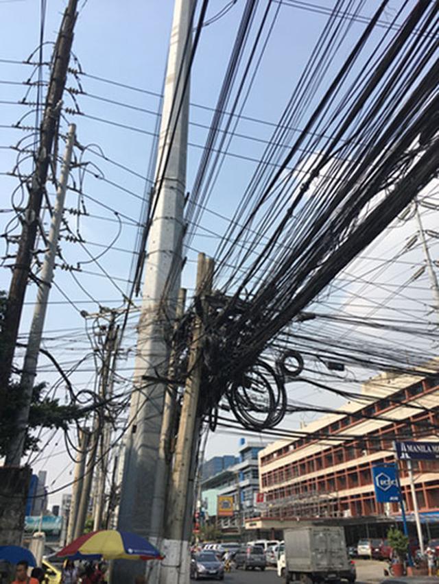 画像: 街中にある電線。整備が期待されます。
