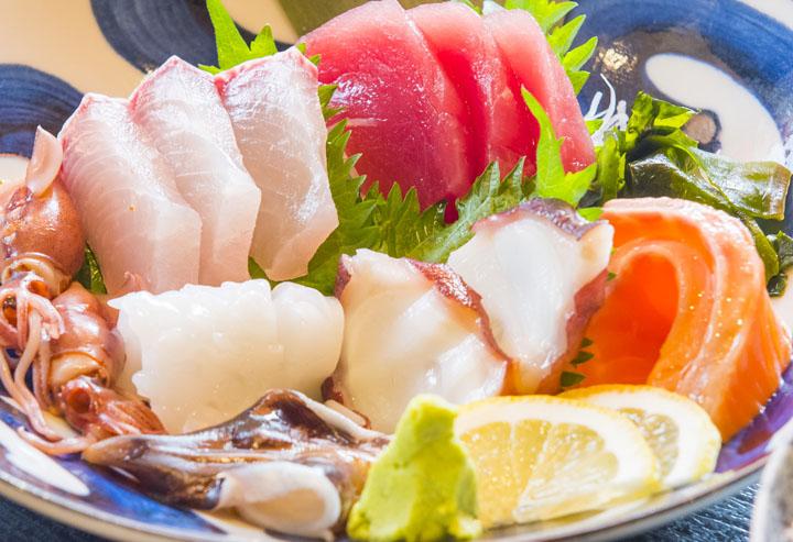 画像: お刺身、3切れづつです^^新鮮で、まぶしいです。小鉢、ごはん、味噌汁、おしんこ付きの定食で、 なんと!950円ぽっきり。早いもの勝ちです。
