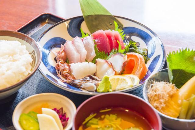 画像: 「旬の刺身 得盛定食」刺身がこんなに載って950円! この日は、まぐろ、ホタルイカ、とり貝、たこ、イカ、サーモン、かんぱち。旬の魚介は日替わりで。