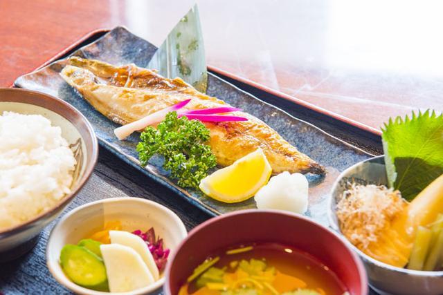 画像: 「焼き魚と小鉢定食」(900円)。この日は脂ののったサバ。小鉢は筍と蕗の土佐煮。朝仕入れたばかりの筍は米ぬかでしっかりアクを抜き、蕗は板摺りしてからだしで煮たのだとか。芯までだしがよく染みていてほっとする味。