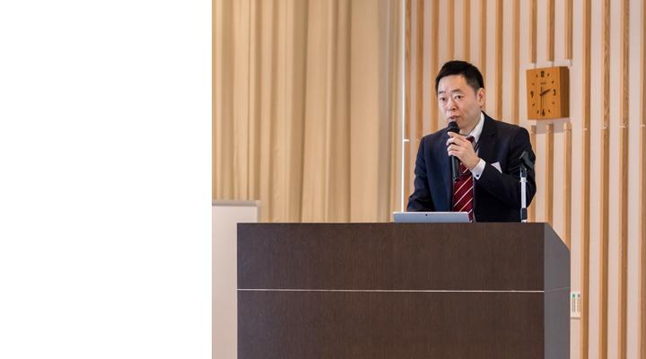 画像: 2017年9月から2018年1月までの『共働PoC』の活動報告をする 椿 健太郎 (エクセレントサービス創生本部IoTビジネス開発統括部IoTサービス企画部マネジャー)