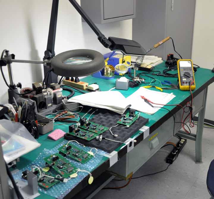 画像: 基板の修理場所。トーナメントの合間に修理をしなければなりません。大きなルーペがフル稼働しています。