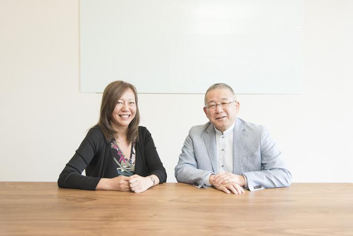 画像: 左)株式会社ウッドインフォの飯田 富和子さん.。「3D walker」を背負って山林にも行かれるそうです!