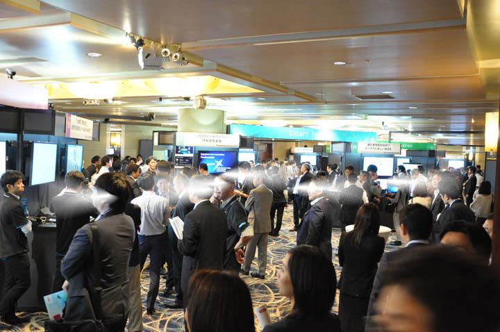 画像: 展示会場はこのように大盛況。ミニセッションステージをなくし、昨年を上回る45ブースが出展。やはり、ビジネスエコシステム、IoT、ロボット、クラウドセキュリティー、働き方改革など時流をとらえた商材が多かった。