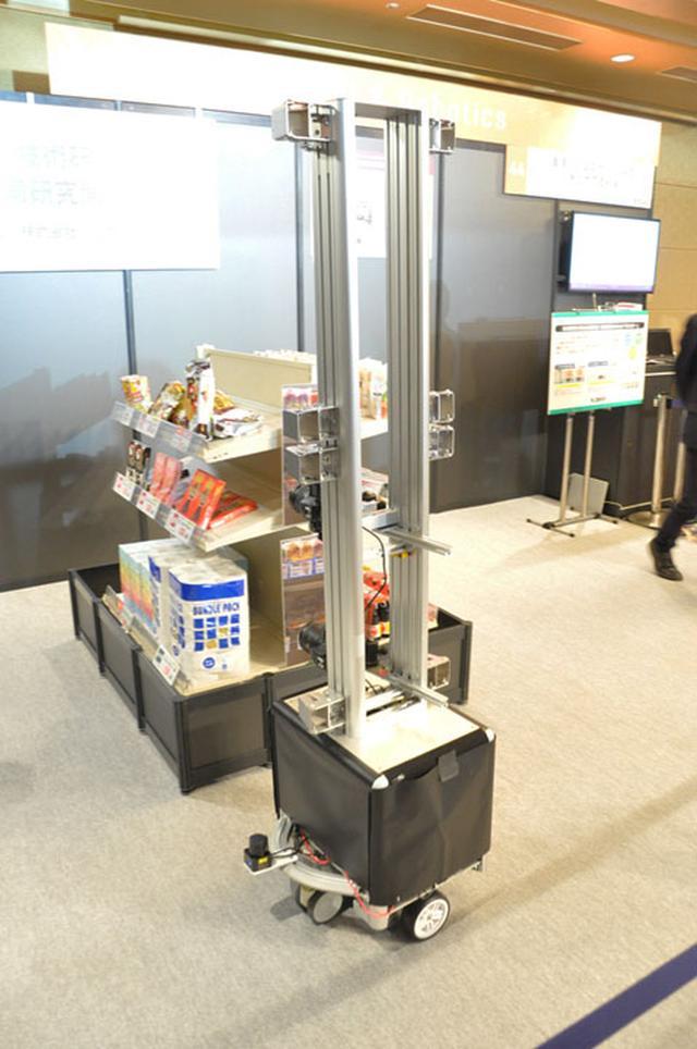 画像: ひときわ大きいスペースに、コンビニのような建てつけ。自律移動型ロボットによる労働力不測の解消を訴えていました。写真のロボットには一眼カメラが取り付けられ、商品棚を一周して撮影しまくり。