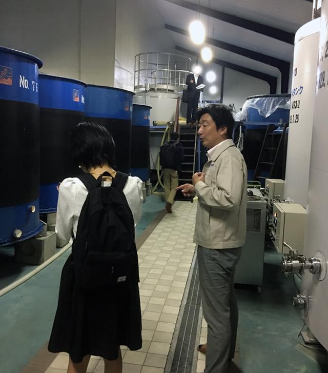 画像: 橋場社長(右)に酒蔵を案内していただきました。