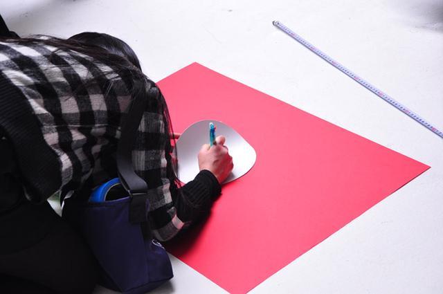 画像: 冒頭の赤い紙を丸く切るシーンの下準備。