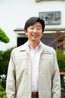 画像: プロフィール 泉橋酒造株式会社 代表 橋場 友一(はしば ゆういち) 1968年神奈川県生まれ。大阪で証券会社に勤めていた時に、阪神・淡路大震災に遭う。「やるべきことをやらないと人間何があるか分からない」と思い、実家の泉橋酒造に戻る。以後、20年以上にわたり、地元の農家とともに酒米作りに取り組んできた。低農薬栽培の酒米による純米酒は、高いブランド力を持つ。近年は輸出にも力を注ぎ始めている。株式会社R65](h