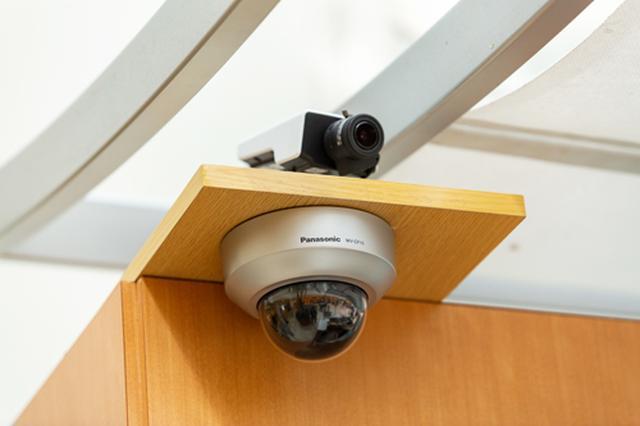 画像: 人流解析サービスは、カメラと小型コンピュータで構成されています。カメラで撮影した映像から人物や顔を認識し、その人物の動線や顔から推定した年齢・性別の情報をIoTプラットフォームで可視化・分析できるクラウドサービスです。