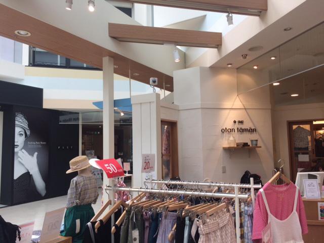 画像: 後方にあるカメラは店舗に設置された「人流解析センサー」。