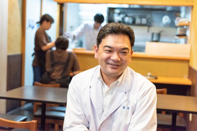 画像: 「蔵馬」店主の金倉 健志さん。後ろにいらっしゃるのはスタッフの皆さん。 お三方のご紹介も本編で。