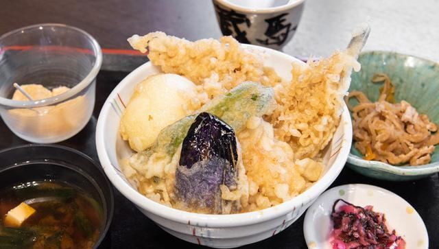 画像: 「勝どき江戸前天丼」。5種類のネタの天ぷらに思わず拍手~(笑)