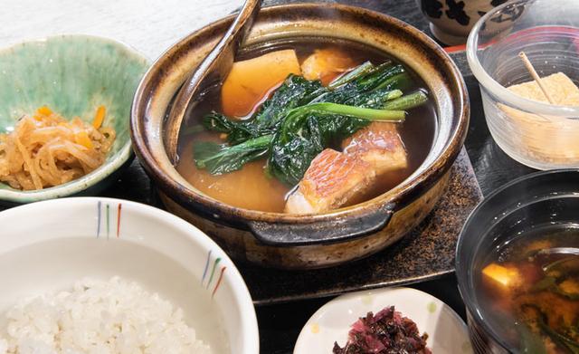 画像: 「日替わり定食」の金目鯛の煮つけ。熱々の土鍋に歓声~(笑)