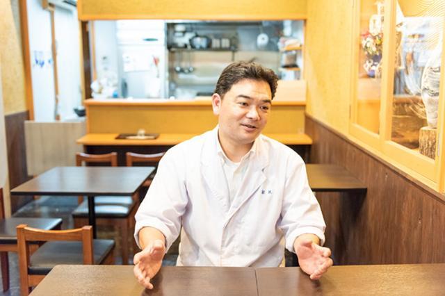 画像: 店主・金倉健志さん。店名の「蔵馬」は苗字の「くら」と、馬が駆け上がっていくような縁起の良さ、懐石料理店で働いた経験から京都の鞍馬山もイメージしたそう。