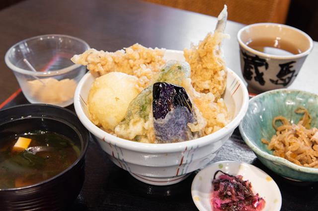 画像: 「勝どき江戸前天丼」。天ぷらはハゼ、穴子、海老、野菜、半熟卵と豪華。甘めのたれがよく染みて、ご飯の最後の一粒まで大満足。