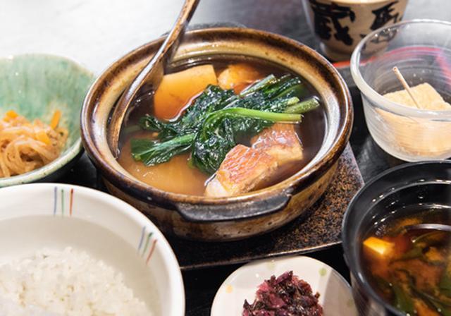 画像: 取材日の「日替わり定食」は金目鯛の煮付け。大根、豆腐、小松菜を土鍋で提供。ご飯と味噌汁はおかわり自由。小鉢と自家製わらびもちもセット。わらびもちのきな粉にもごまが混ぜてあり風味豊か。