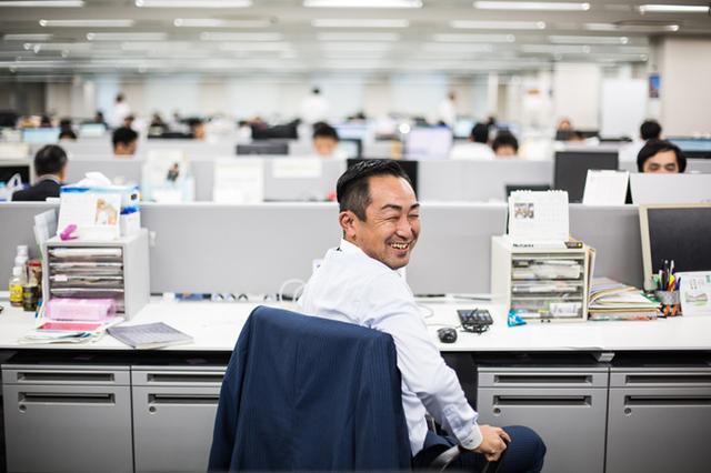 画像: ひとつ前の写真と同一人物。この笑顔でいる比率の方が高い。営業部長。