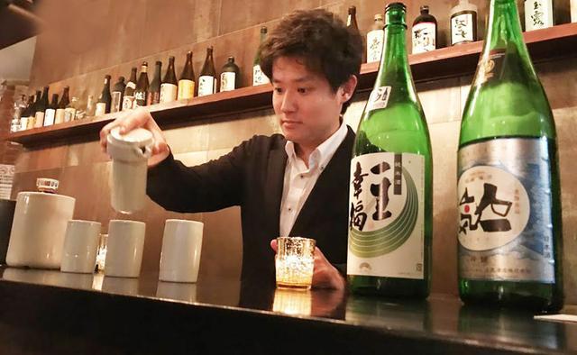 画像: ニューヨークでの「IKKON BAR」イベントでぐいのみに日本酒を注ぐ松永さん