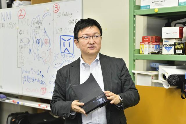 画像: 愛知工科大学 情報メディア学科 板宮朋基教授。手に持たれている装置は、AR災害疑似体験アプリ「Disaster Scope」で使用します。