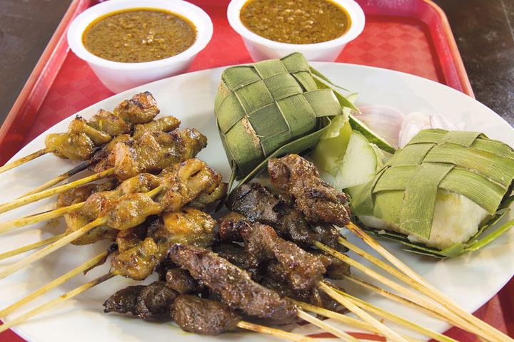 画像: Lebaran Food。レバランにしか出ない食べ物で、主にチキンカリー、ビーフとKetupat (クトゥパット) です。Ketupatはヤシの葉で包みにお米を入れて蒸した、ちまきのように固まったご飯です。