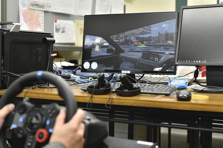 画像: 「津波体験ドライビングシミュレーター」を体験しているシーン。車に浸水するとハンドルがまったく操作できなくなります