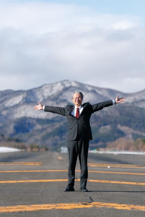 画像: 斎藤理事長はとても気さくに取材に応じていただきました。滑走路に立たせていただいたり、セスナのコックピットに座らせていただいたり…