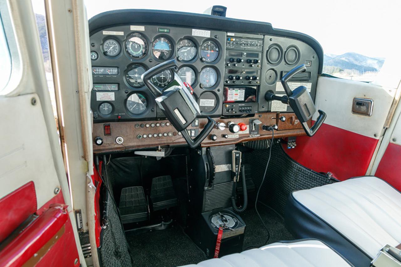 画像: 操縦桿を左右に回したり、押し引きしたり、足元のペダルを押したりして操作する