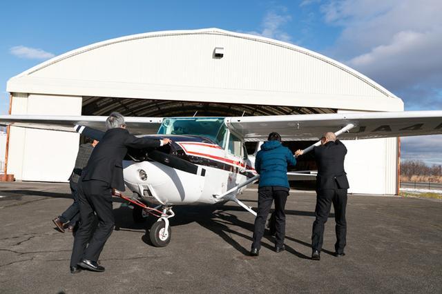 画像: プロペラ機は軽い! 3人で押して軽々片付けられる