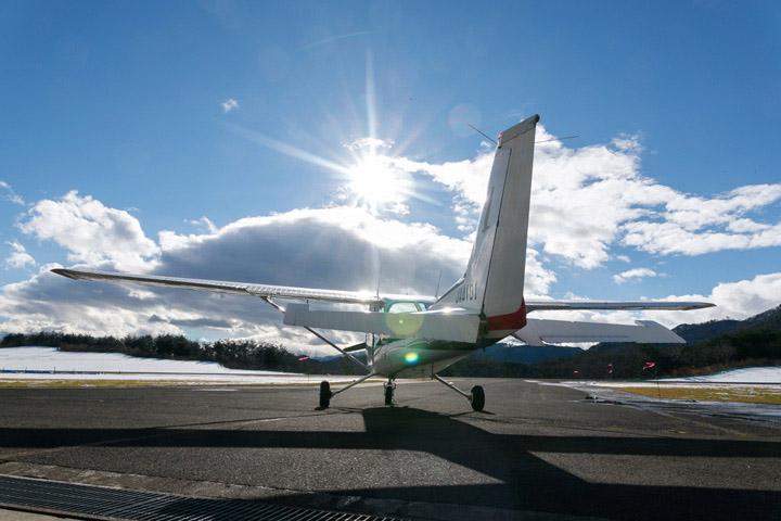 画像: 格納庫にはプロペラ機が何機かあり、飛び立つ日を待っている(※室屋選手の機体ではありません)