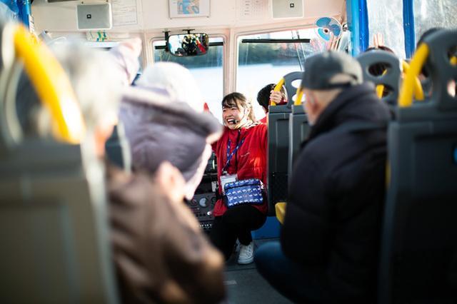 画像: 本日のアテンダントは本間さん。スプラッシュの時には、乗客も声をそろえて「スカーイダーック!」と叫ぶお約束