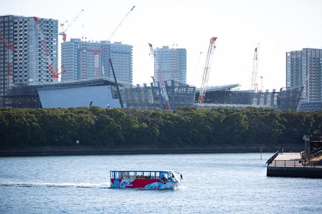 画像: 船に変身したスカイダック。建設が進む有明アリーナも間近で見られる