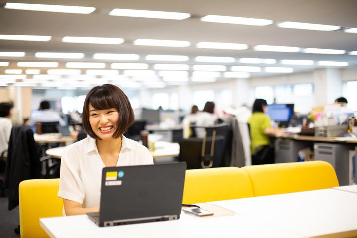 画像: 営業部門のオープンなオフィスの一画にて