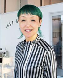 画像: プロフィール 牛尾 早百合(うしお さゆり) 1980年、宮内学園日本高等美容専門学校(現BEAUTY ARTS KOBE)卒業。神戸を拠点にヘアサロンを展開。アジア女性に合うカット技術を考案し、2013年「STEP BONE CUT(ステップボーンカット)」の特許取得認定。世界にその技術を発信する。17年にはニューヨーク・ブルックリンに「STEP BONE CUT Brooklyn」をオープン。