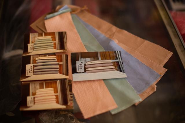 画像: 宮内庁が持参した布団側の生地。正絹の塩瀬羽二重と一番高級の綿で皇族の組布団を作った