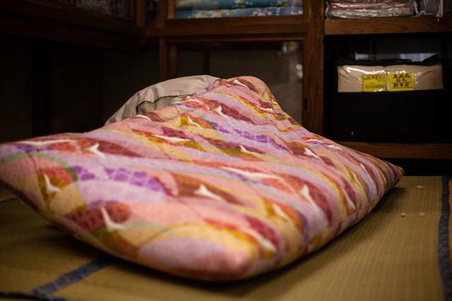 画像: 綿を入れ終わった後、角の部分がよれてゆがんでいないかを確認