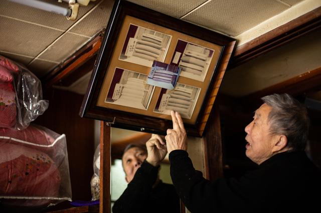 画像: 「これが天皇陛下(昭和天皇)のために作った布団ですよ」。額に入れた組布団の写真は当時金井さんが撮ったもの