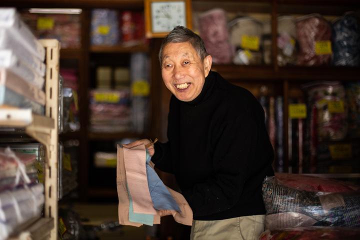 画像: 金井さんは、塩瀬の残り生地を今も大切に箱に入れて保管している