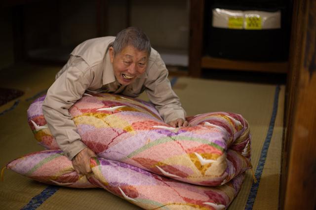 画像: 敷布団はふかふかの仕上がり。布団側はすべて手縫いで、今は奥さんが体調を崩しているため健次さんが1人でやっている