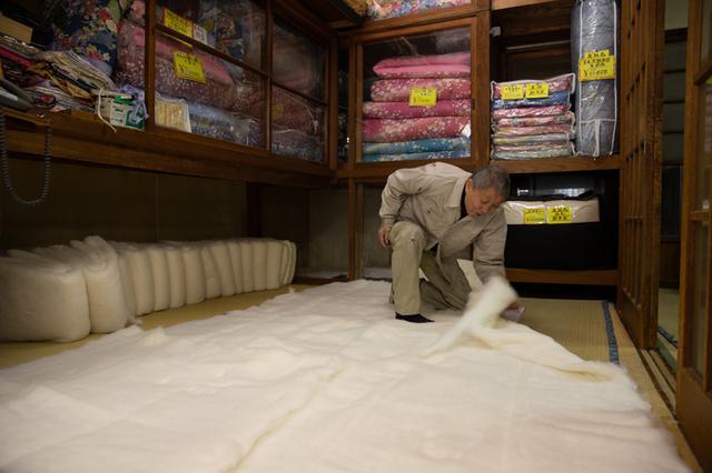 画像: 店の奥にある畳の間が金井さんの作業場。布団の綿入れもここで行う